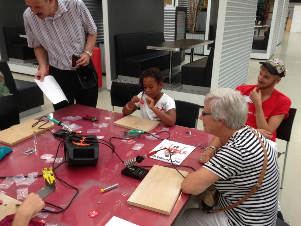 Jong en oud leert solderen